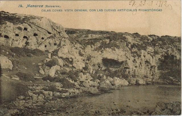 14. Menorca (Baleares). Calas Covas: Vista general con las cuevas artificiales prehistóricas