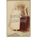 Fotografía del estudio fotográfico de Napoleón e (hijo) de una niña de primera comunión